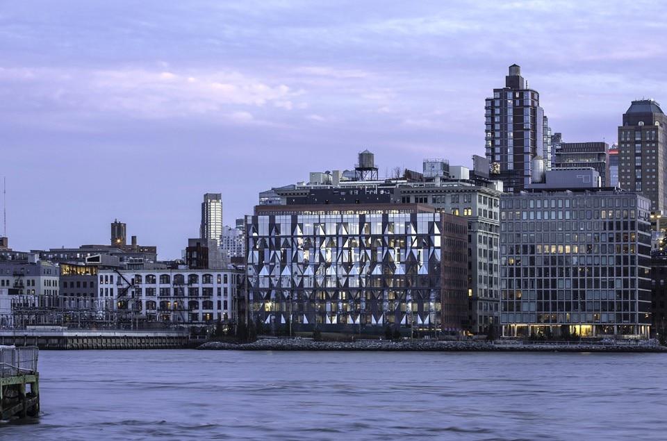 New York ODA trasforma una fabbrica di mattoni in un hub per creativi, sostituendo la facciata principale con una struttura permeabile di vetro e acciaio.